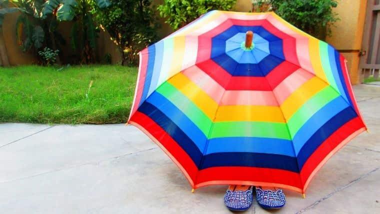傘の臭いを消すには天日干しする