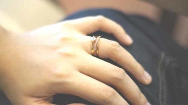 指輪を外したら青黒い跡が出来ていた!どうしたら取れる?予防法は?