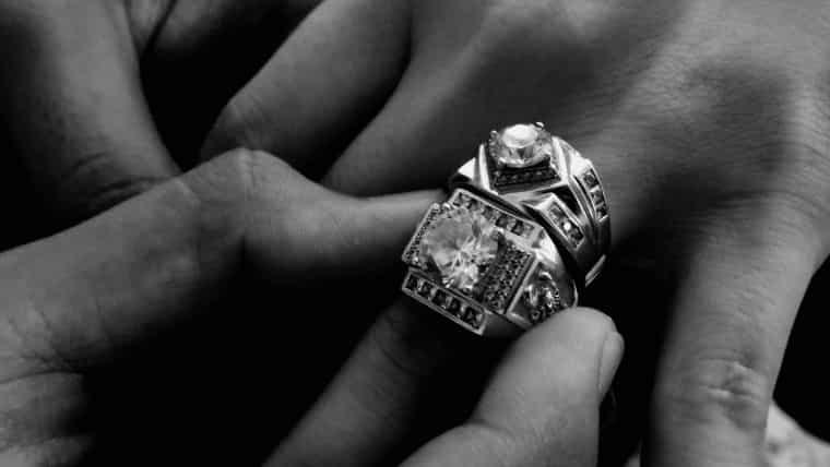 指輪が外れない!どうしたら指からスルっと外れるの?