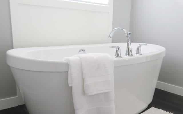 入浴後の浴室に新品の服をつるして臭いを取る